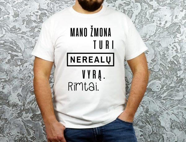 Balti-Vyriski-marskineliai-su-uzrasu-mano-zmona-turi-nerealu-vyra-dovana-vyrui-marskineliai-su-uzrasais-originali-dovana-aciu-labai