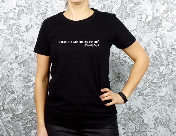 Juodi marškinėliai su užrašu Chaoso koordinatorė mokytoja